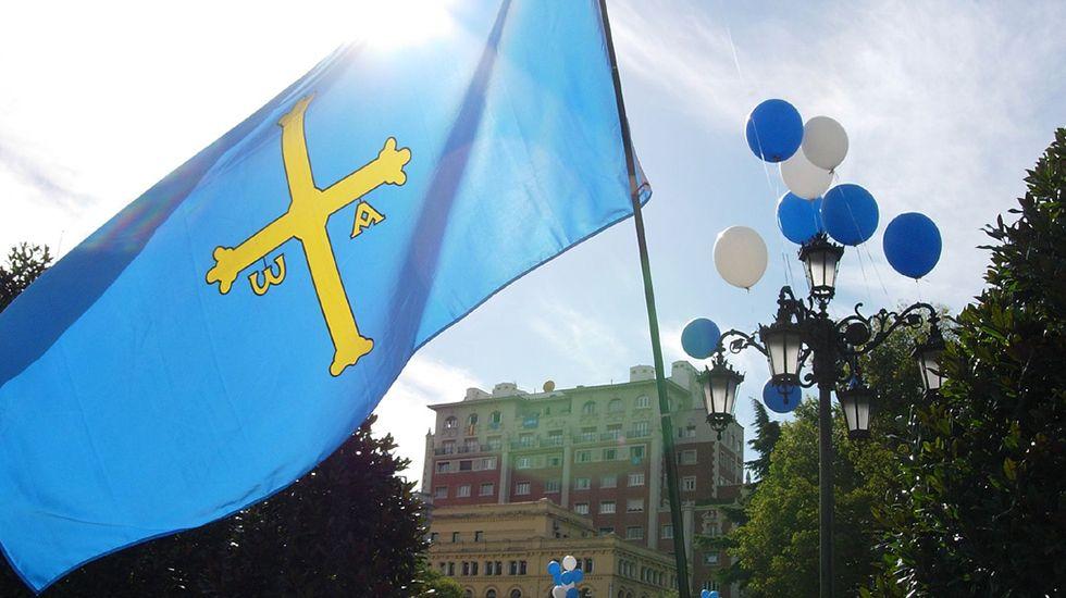 Bandera de Asturias.Turistas en la calle San Francisco de Oviedo