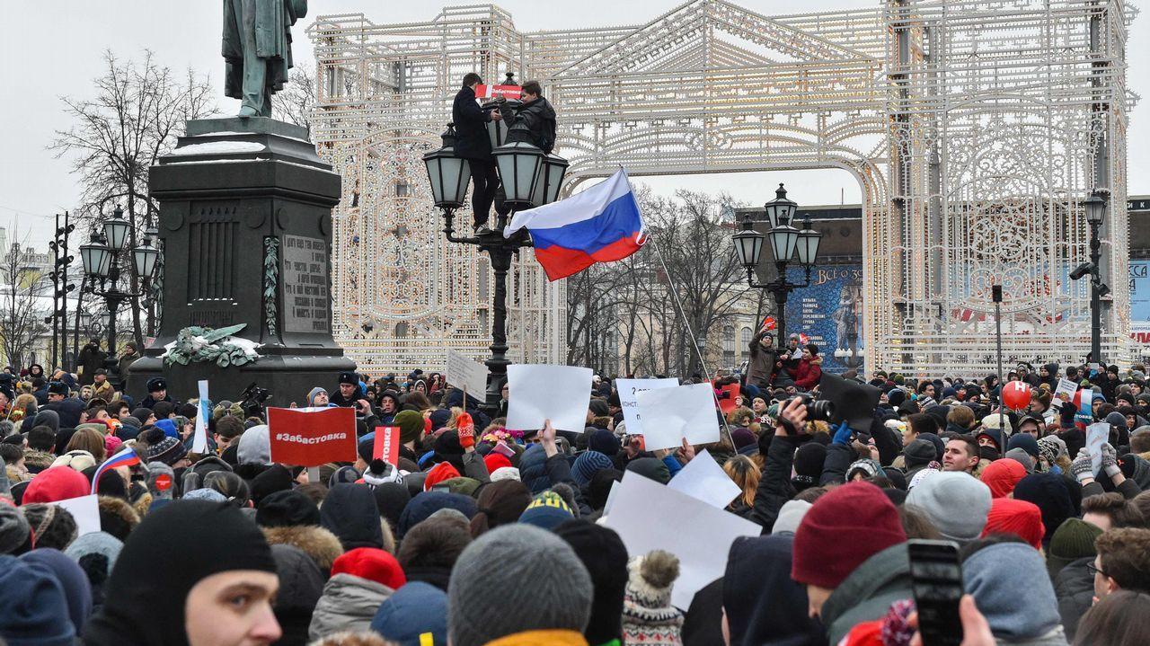 Partidarios de Navalni protestan contra su detención en la plaza Pushkinskaya, en Moscú