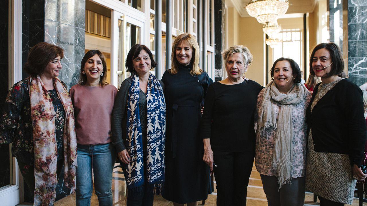 El clamor por la oficialidad llena las calles de Oviedo.Desde la izquierda, Marian Martínez, Patricia del Gallo, Pilar López, Chelo Tuya y Susana Machargo