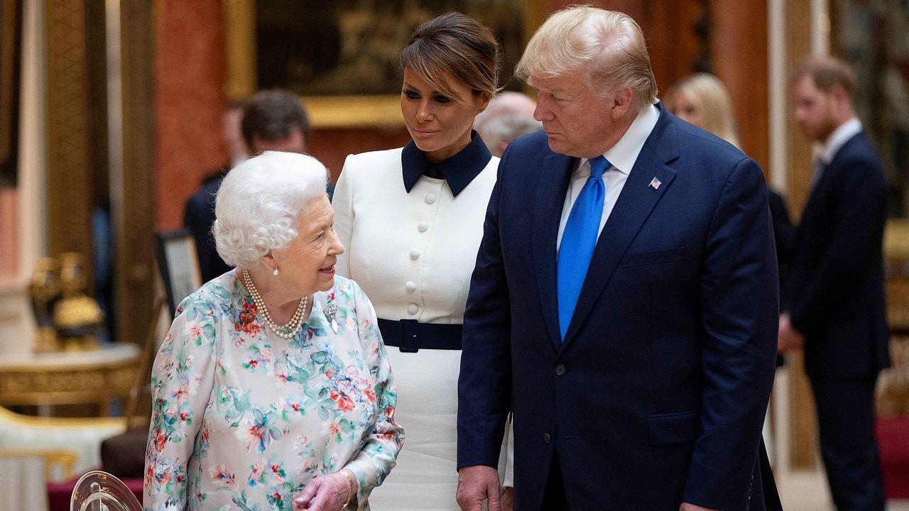 Quejas por el precio del párking rápido de Peinador.La reina muestra al matrimonio Trump artículos de la colección real en el palacio de Buckingham