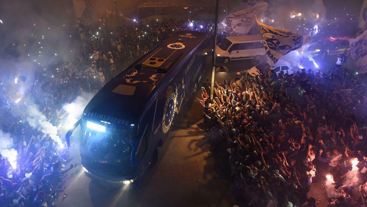 Un bus transporta a los jugadores del Cruzeiro, en Brasil, para un partido de la Copa Libertadores