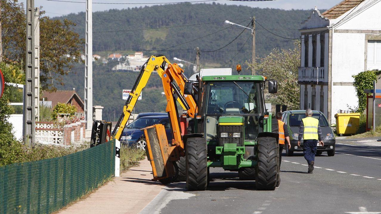 Tractor desbrozando en la carretera de Laxe