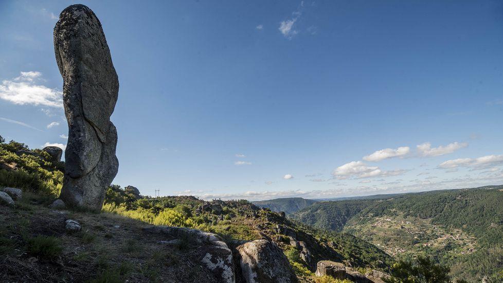 Ruta de senderismo de Moura (Nogueira de Ramuín). Pedra Longa, una formación rocosa vertical que se levanta entre seis y siete metros del suelo
