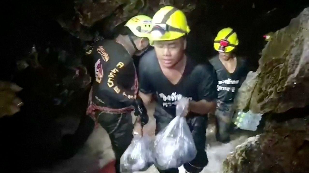 Los niños atrapados en la cueva de Tailandia escriben emotivas cartas a sus familiares.Las autoridades le rinden un homenaje a Saman Kunan, de 38 años, quien murió al intentar rescatar a los niños y a su entrenador.