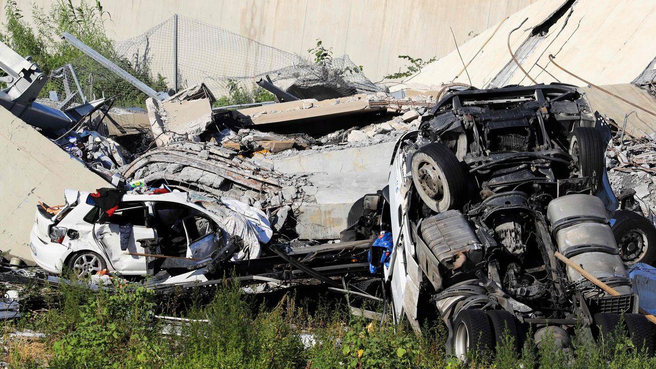 Vehículos destrozados en el sitio donde se derrumbó el puente de la autopista Morandi en Génova (Italia)