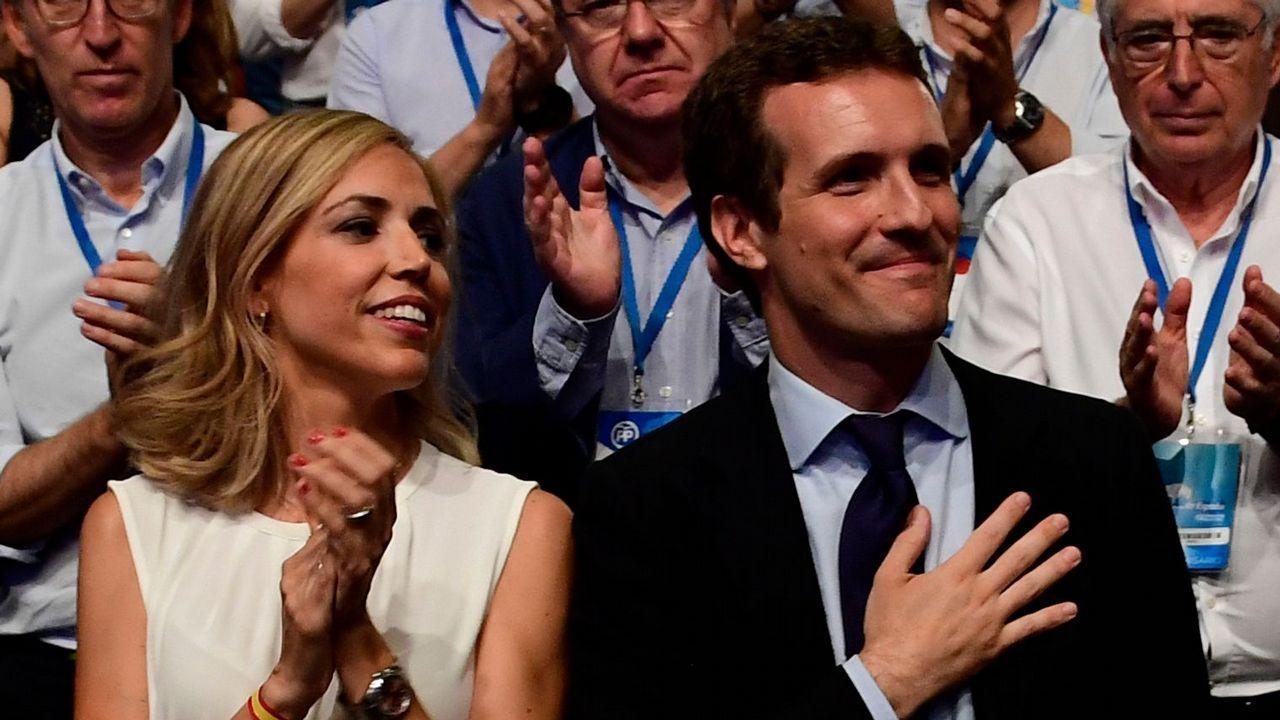 .Pablo Casado junto a su mujer, Isabel Torres, tras conocer su victoria en el Congreso del PP.