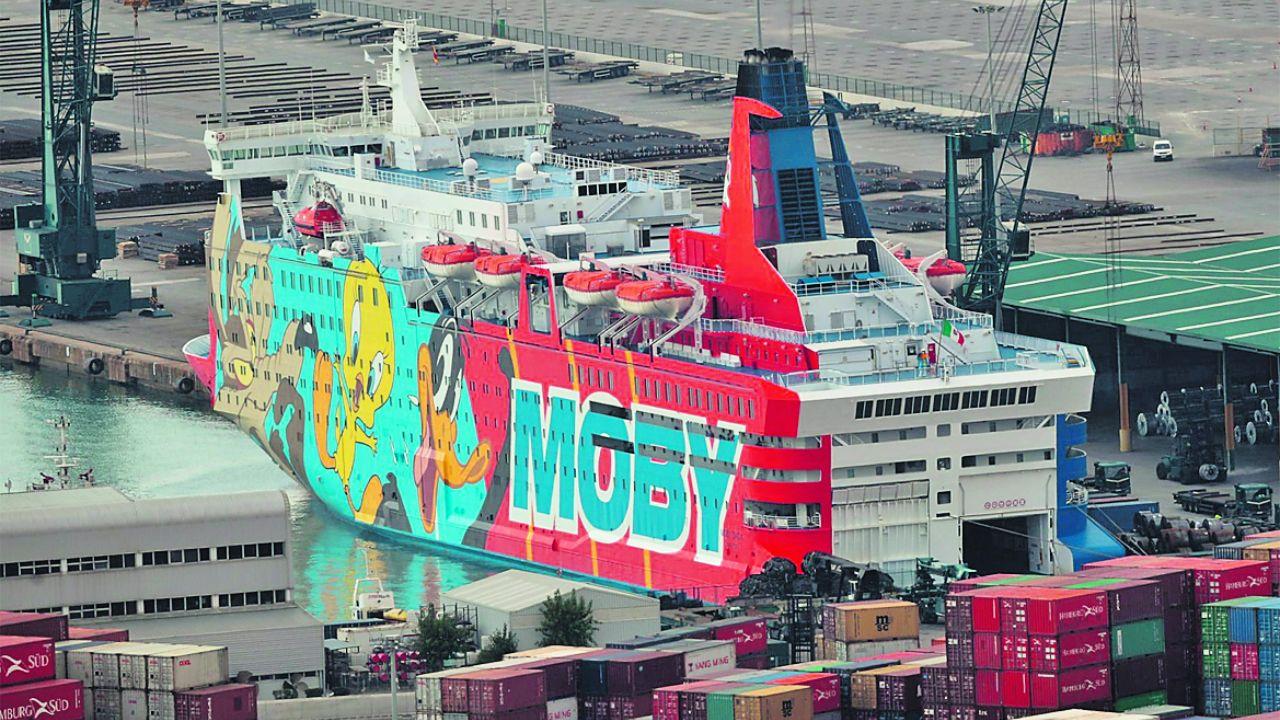.Imagen del «Moby Dada», atracado en el puerto de Barcelona para alojar a los policías