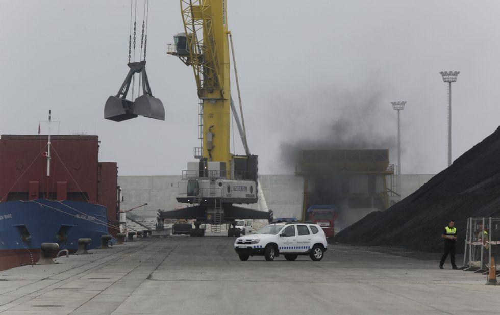 El puerto exterior permitirá sacar de la ciudad tráficos molestos como el carbón.