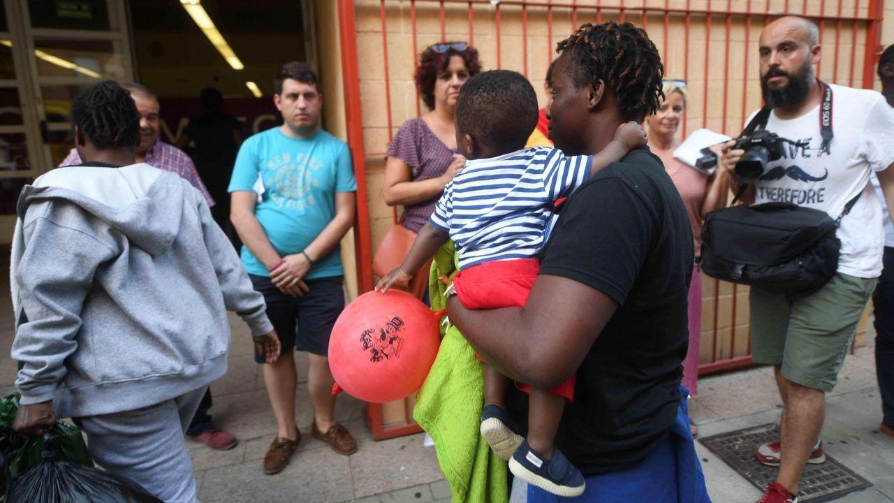 El día después de la tragedia en Génova.Casado estrechó la mano en el puerto de Algeciras de algunos de los inmigrantes rescatados