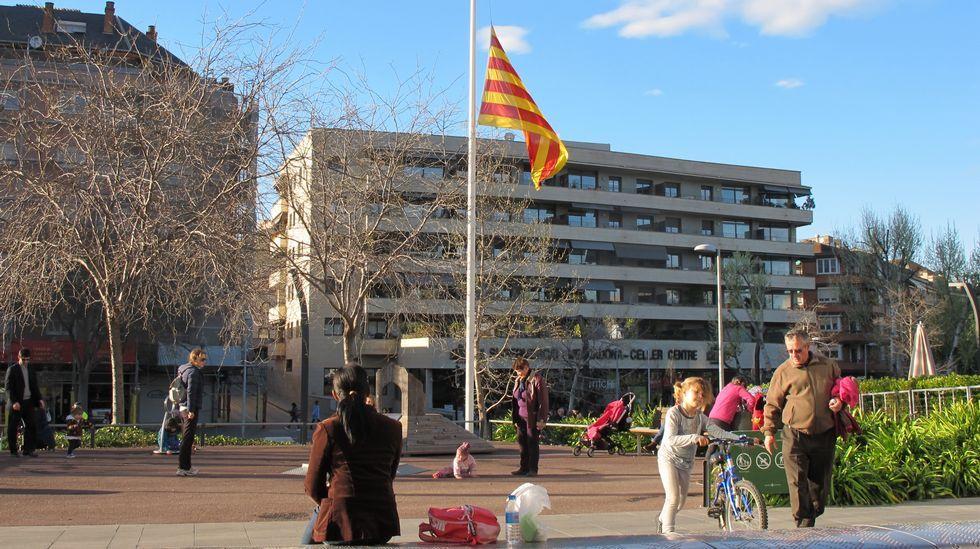 .Las banderas del ayuntamiento de Sant Cugat lucían ayer a media asta.