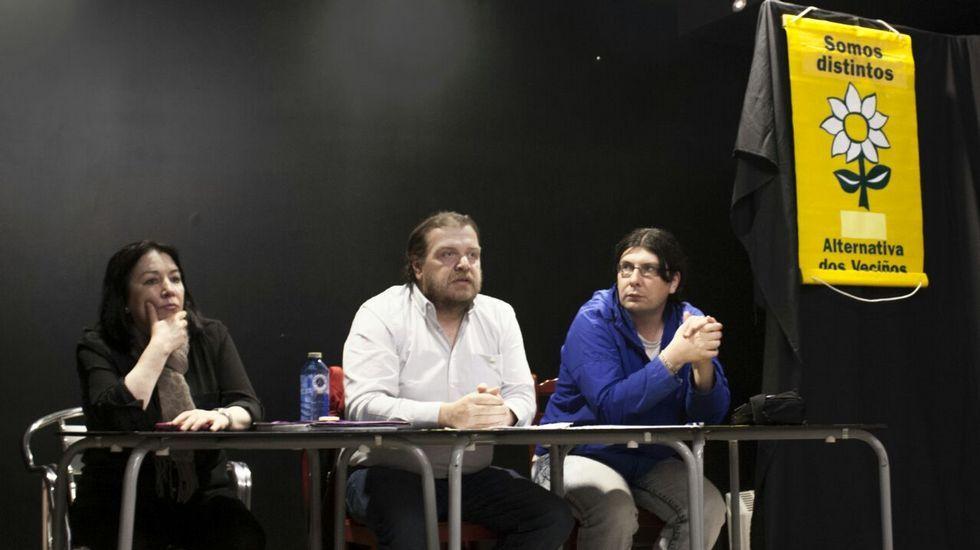 Enrique Llames, en el centro, candidato de Alternativa dos Veciños en Arteixo.