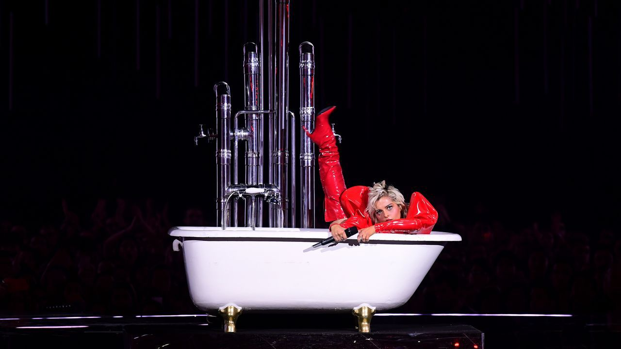 Parte de la actuación de Bebe Rexha fue en una bañera