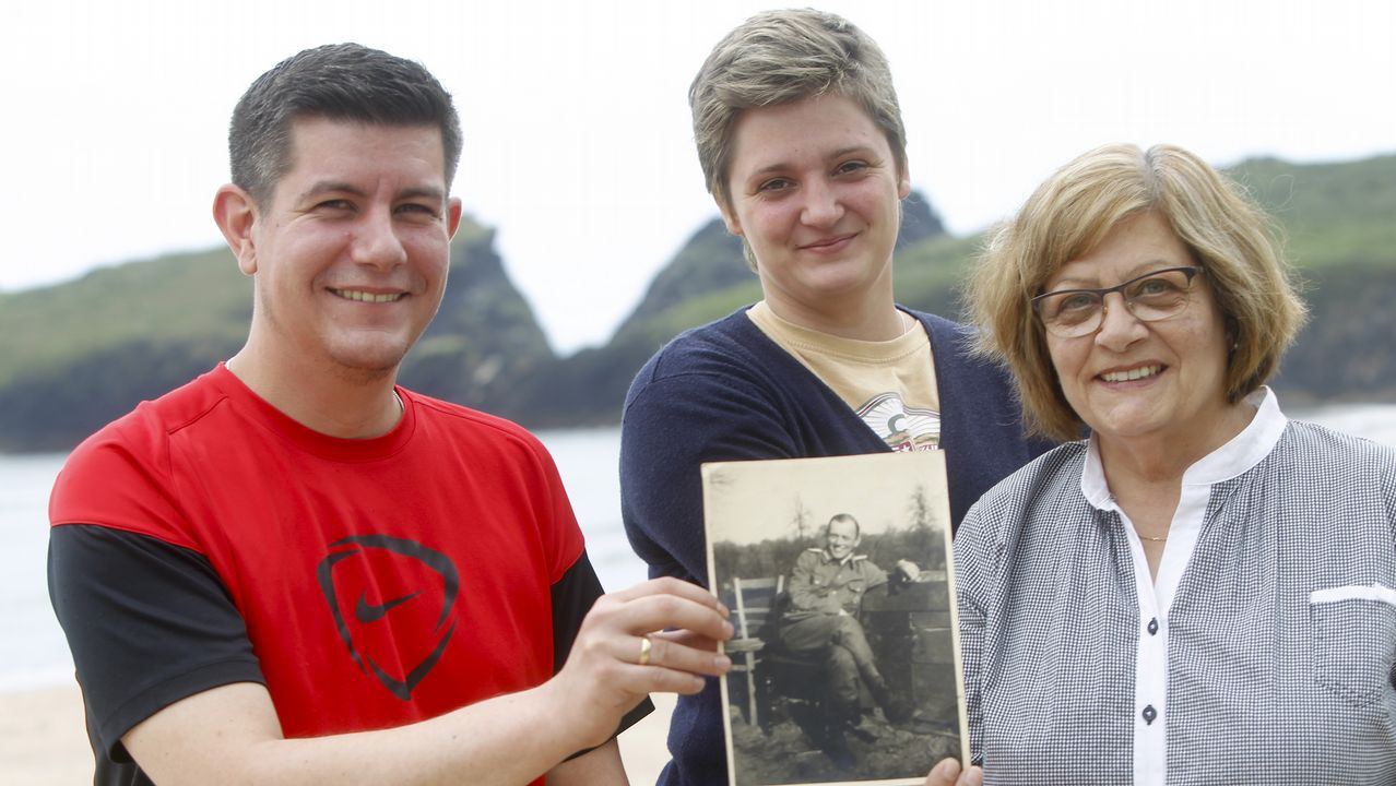 El norte más bravo en cinco calas.Dirk Simón, Jennifer María y Pilar, en la playa de Esteiro, cerca de donde se hundió la nave
