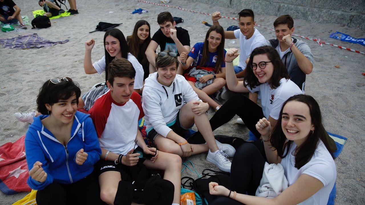 Los más madrugadores llegaron a la playa a las 20.00 horas del sábado.DESCARGA DE SARDINA PARA SAN JUAN EN EL MUELLE DE A PALLOZA