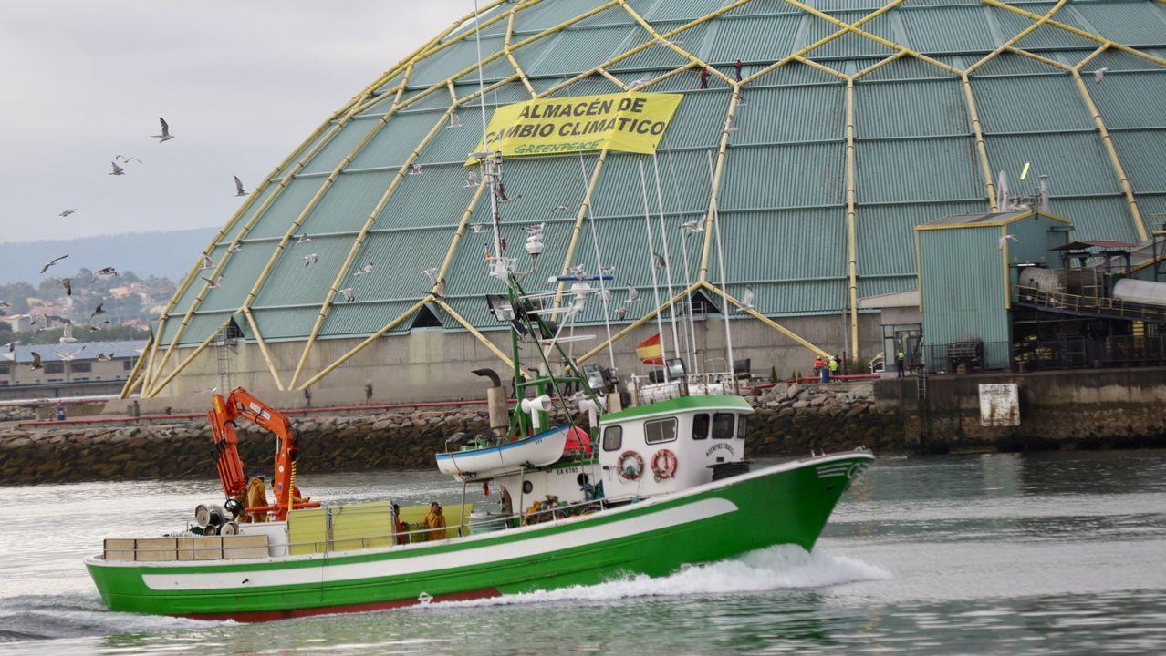 El «Esperanza» de Greenpeace, ante el cartel colgado en la Medusa de carbón.LIMPIEZA EN SAN AGUSTÍN