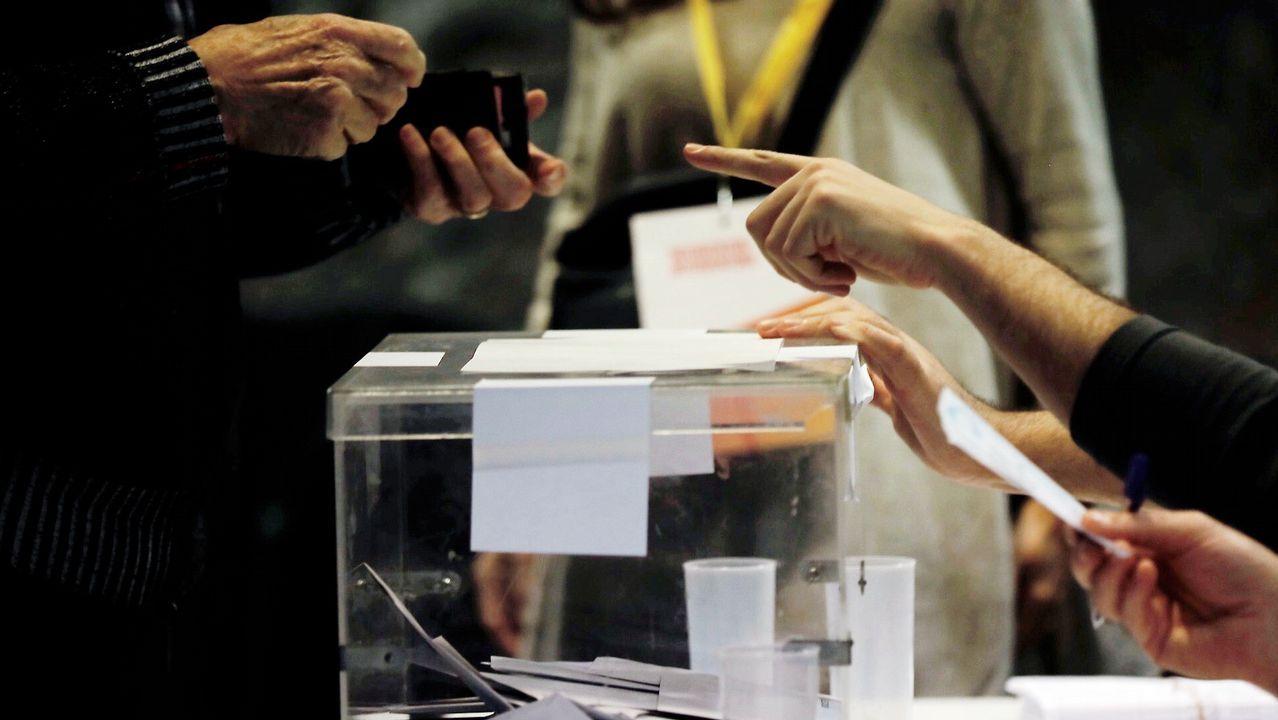 Abusos no, agresiones.Un ciudadano busca su documentación para acreditarse antes de votar