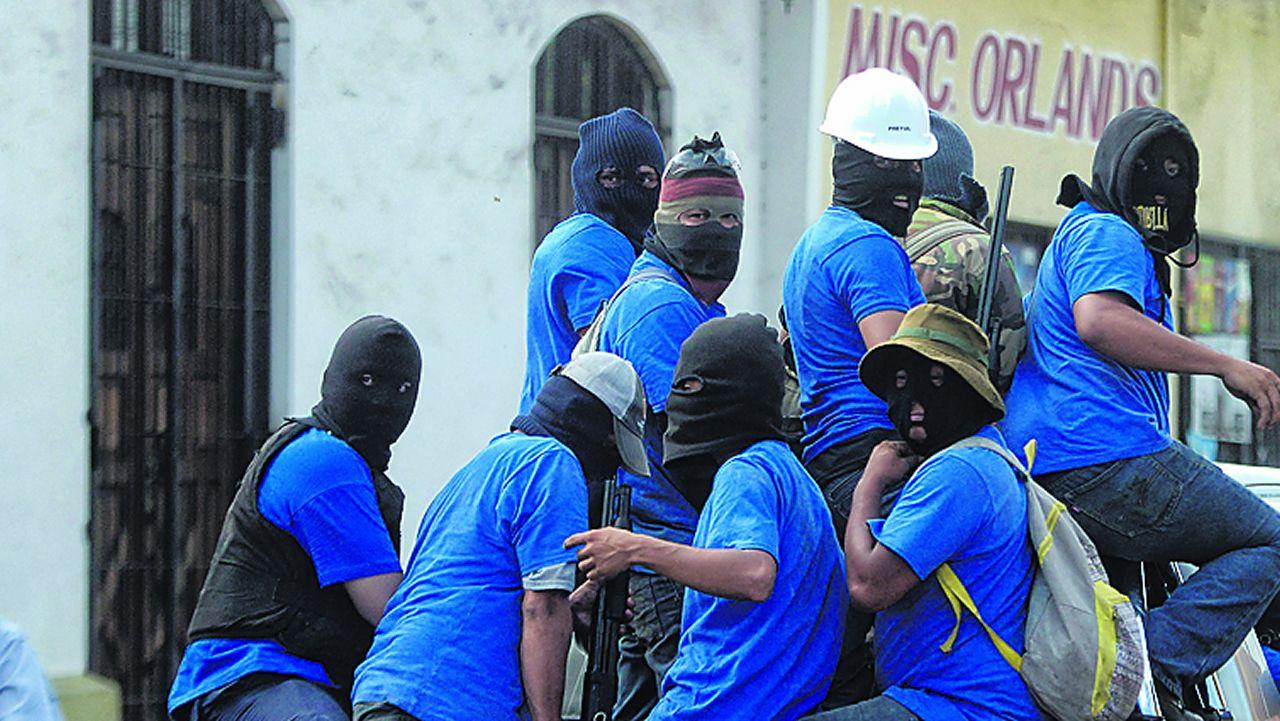 .Grupos armados a bordo de camionetas sometieon a tiros a los opositores atrincherados en el barrio de Moninbó
