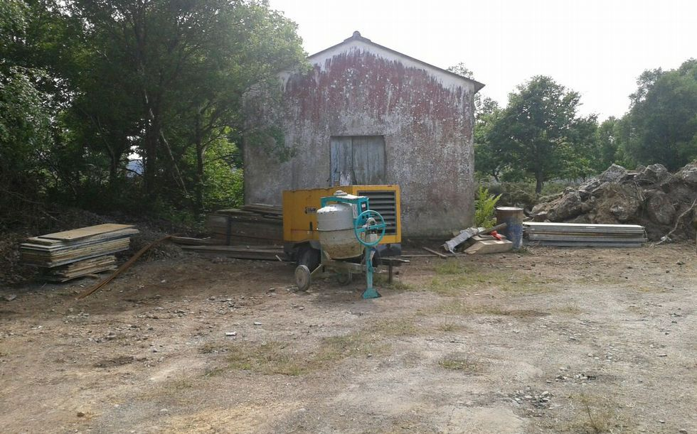 .Imágenes de obras y de maquinaria junto a la escuela de Paio.