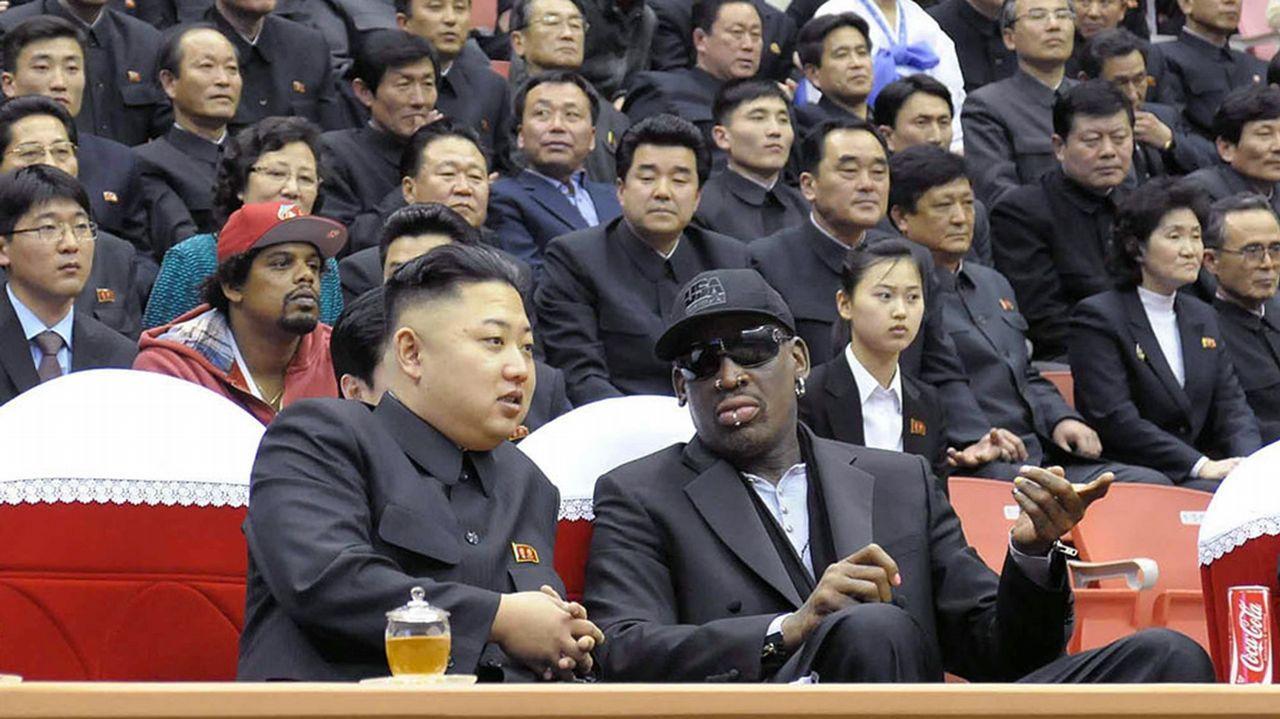 Esta foto fue tomada el 28 de febrero de 2013. En ella se ve cómo el eljugador de la NBA y el líder norcoreano siguen un partido de baloncesto en Pyongyang
