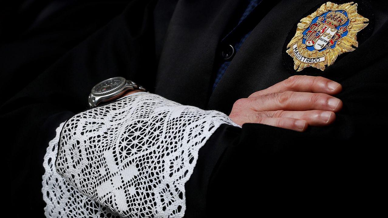 Una veintena de jueces vestidos con togas se han concentrado en San Sebastián durante un cuarto de hora en silencio ante el Palacio de Justicia.