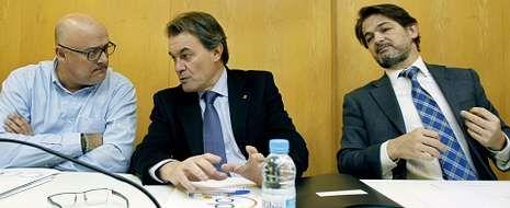 La cúpula de Convergència Democràtica de Catalunya (CDC), Lluís Maria Corominas, secretario de organización; Artur Mas, presidente; y Oriol Pujol, secretario general, en el primer comité ejecutivo nacional del año, que se celebró ayer horas antes de la reunión con ERC.