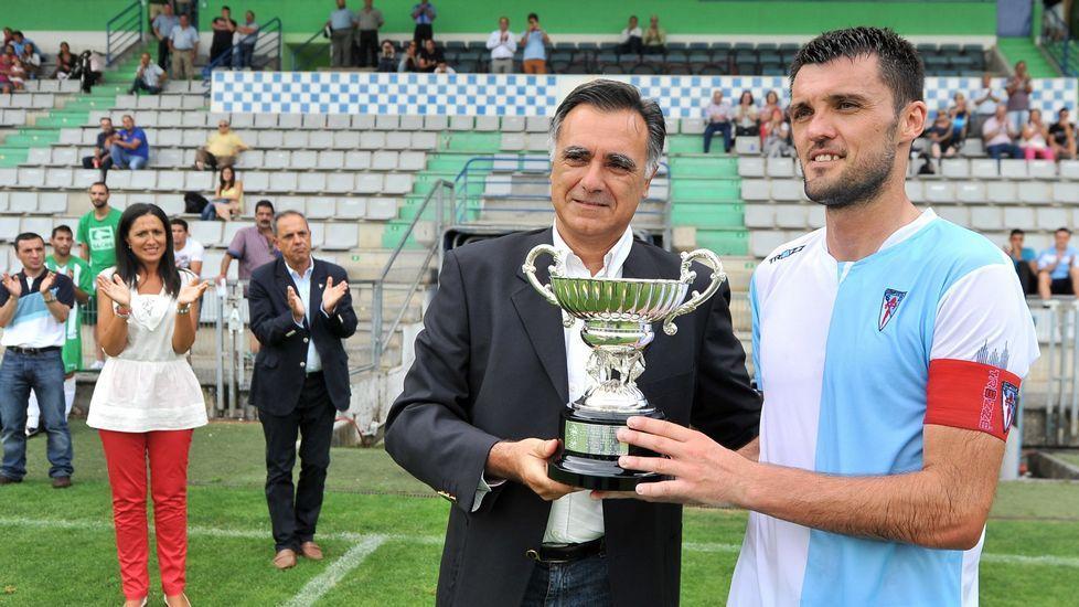 Final de la Copa Diputación entre el Compostela y el Somozas Manuel Castiñeiras Portos (D) recibe la copa