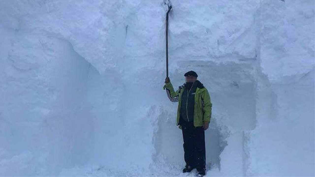 Un hombre muestra el espesor de la nevada en Riofrío, en la vertiente asturiana de San Isidro.Un hombre muestra el espesor de la nevada en Riofrío, en la vertiente asturiana de San Isidro