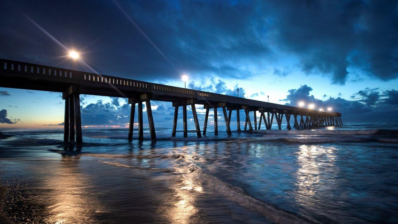 Vista del muelle Johnny Mercer al amanecer en la playa Wrightsville en Carolina del Norte