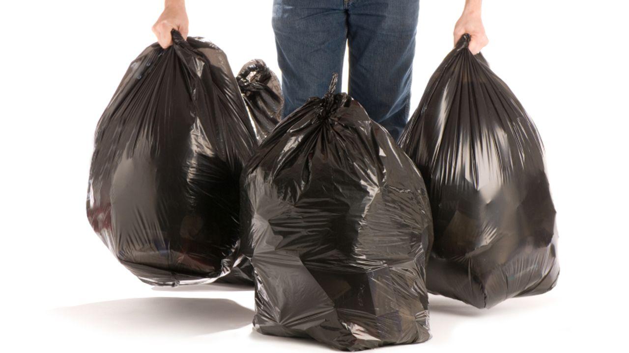 Acceso al punto limpio de Salas.Bolsas de basura