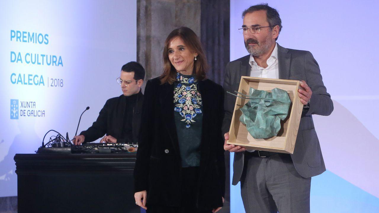 Carmen Pomar entregou o premio ao representante do Festival de Outono de Teatro de Carballo