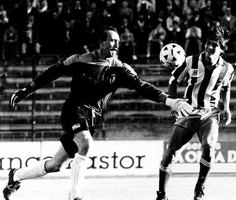 Miguel Bastón, padre de Borja, despeja frente al deportivista Raudnei en un partido de 1988.
