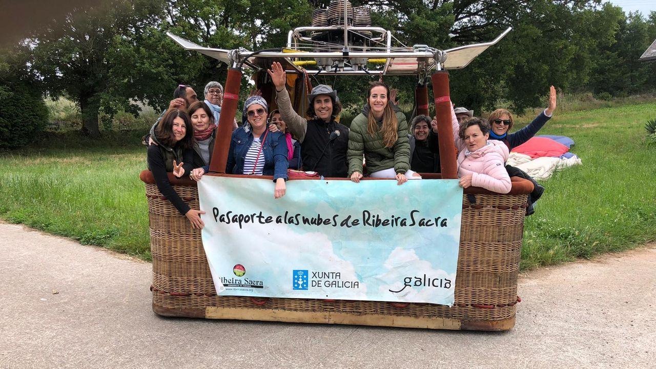 El primer grupo de pasajeros de la campaña de este año, a bordo de la barquilla del globo