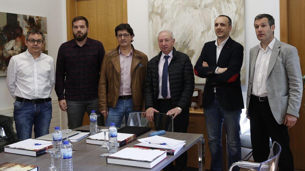 Las directivas del Colegio de Periodistas de Asturias y la Asociación de la Prensa de Oviedo, con el presidente de la Junta General, Pedro Sanjurjo.Debater para escoitar os demais, ou deixámonos levar polo que cada un pensa ou lle interesa?
