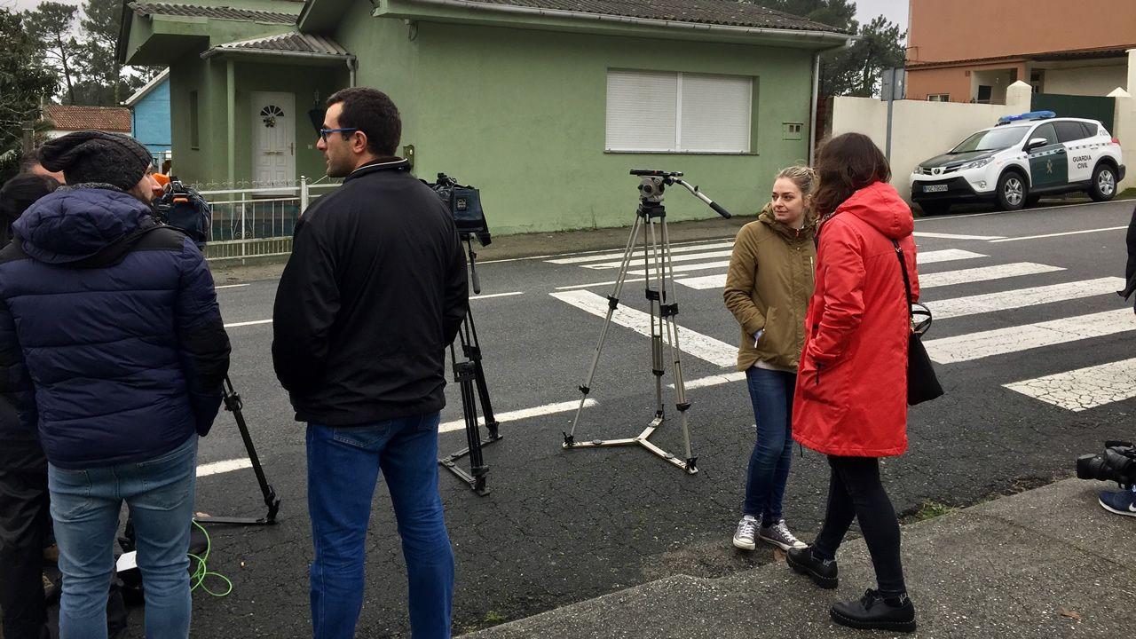 Expectación en Rianxo frente a la casa de los detenidos.