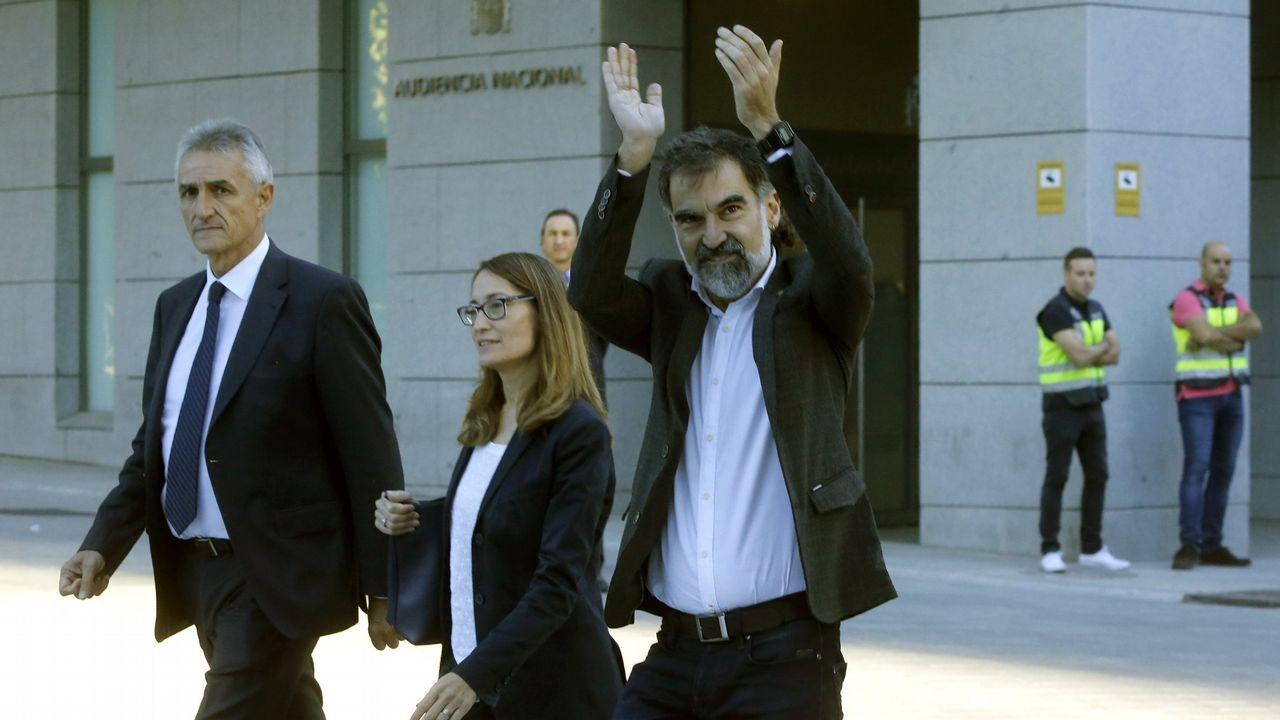 .Jordi Cuixart, a la derecha, con los brazos en alto, en una imagen de archivo