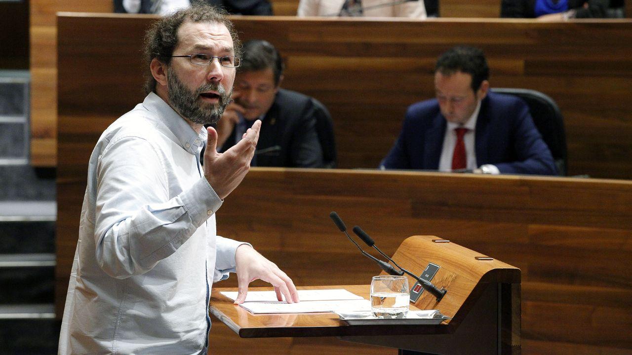 El portavoz de Podemos, Emilio León, interviene en la Junta General ante la mirada de Javier Fernández y Guillermo Martínez.El portavoz de Podemos, Emilio León, interviene en la Junta General ante la mirada de Javier Fernández y Guillermo Martínez