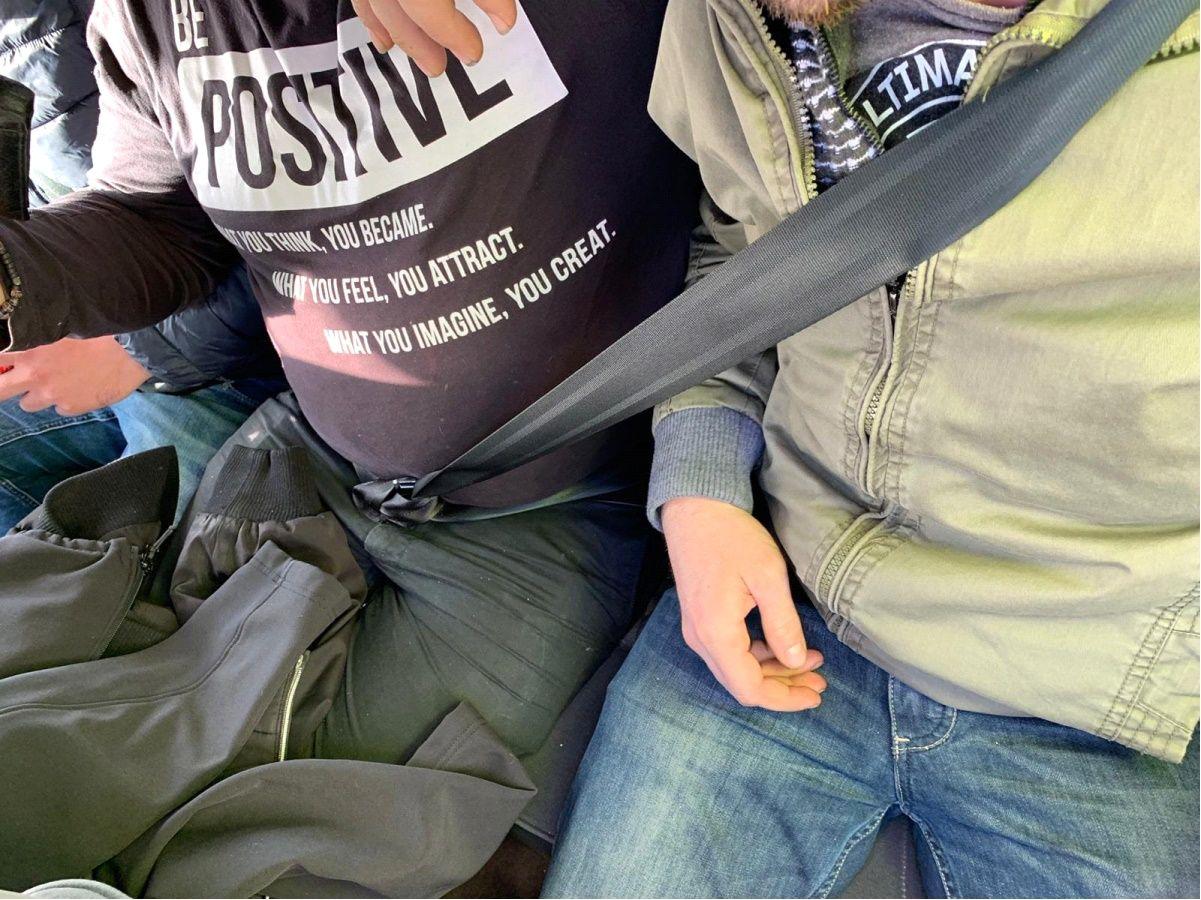 UN CINTURÓN PARA DOS. Dos pasajeros fueron sorprendidos compartiendo el mismo cinturón de seguridad en los asientos traseros de un turismo