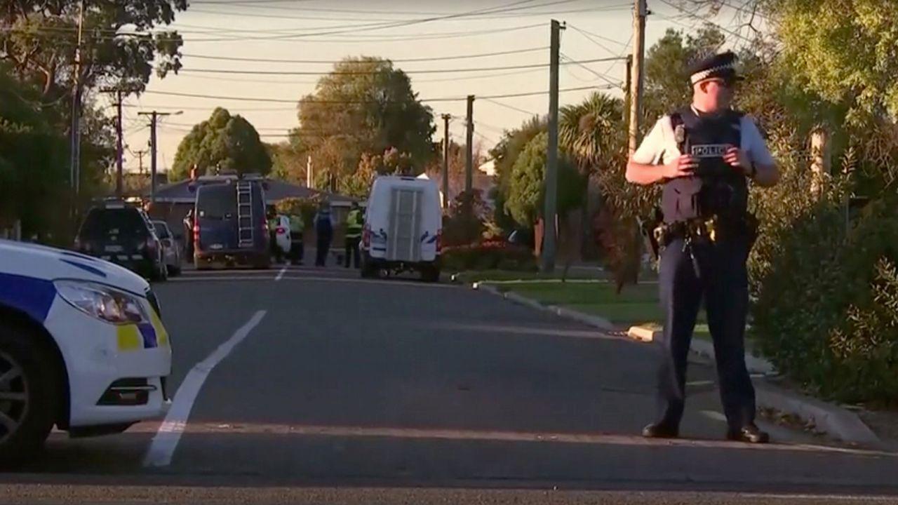 Parque de «Cuéntame cómo pasó» en Cerponzóns.Policías neozelandeses vigilan la zona de Chistchurch, donde se desactivó el paquete bomba