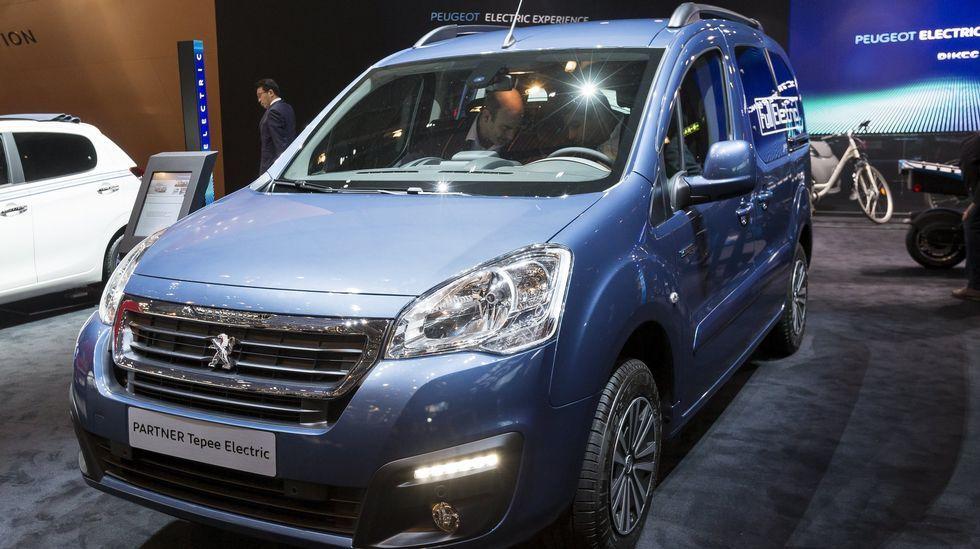 La furgoneta eléctrica Galicia, estrella en Ginebra. El Peugeot Partner 100 % eléctrico se fabrica en Vigo y luce en un lateral la enseña «Galicia», por patrocinio de la Xunta.