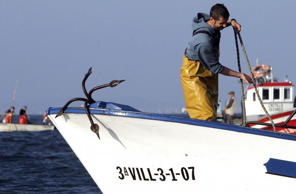 La flota arousana se despide hoy del trabajo en las zonas de libre marisqueo.