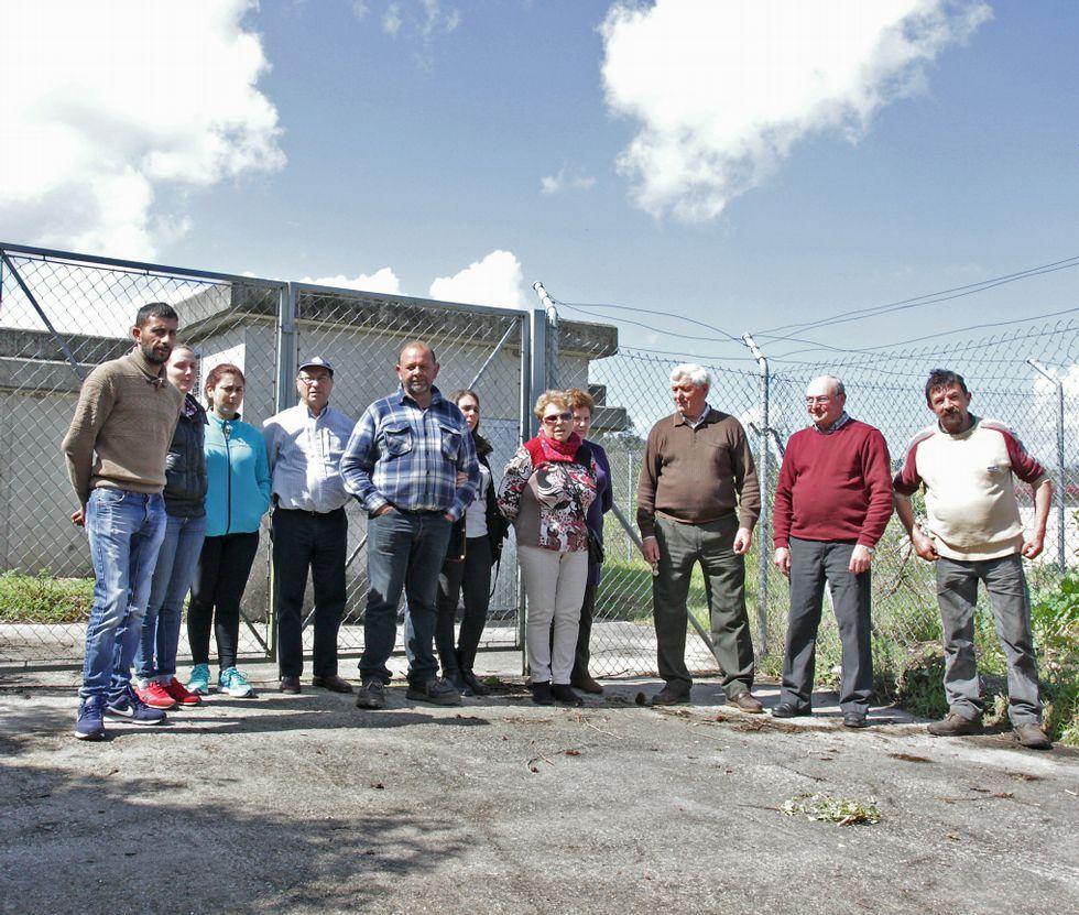 Varios afectados frente al depósito que Sacyr dejará de mantener en menos de dos semanas.