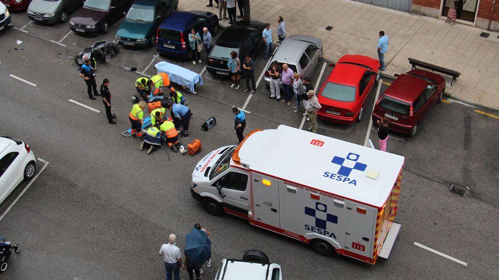 Personal sanitario atiende a dos heridos de un accidente de tráfico en Oviedo.Personal sanitario atiende a dos heridos de un accidente de tráfico en Oviedo