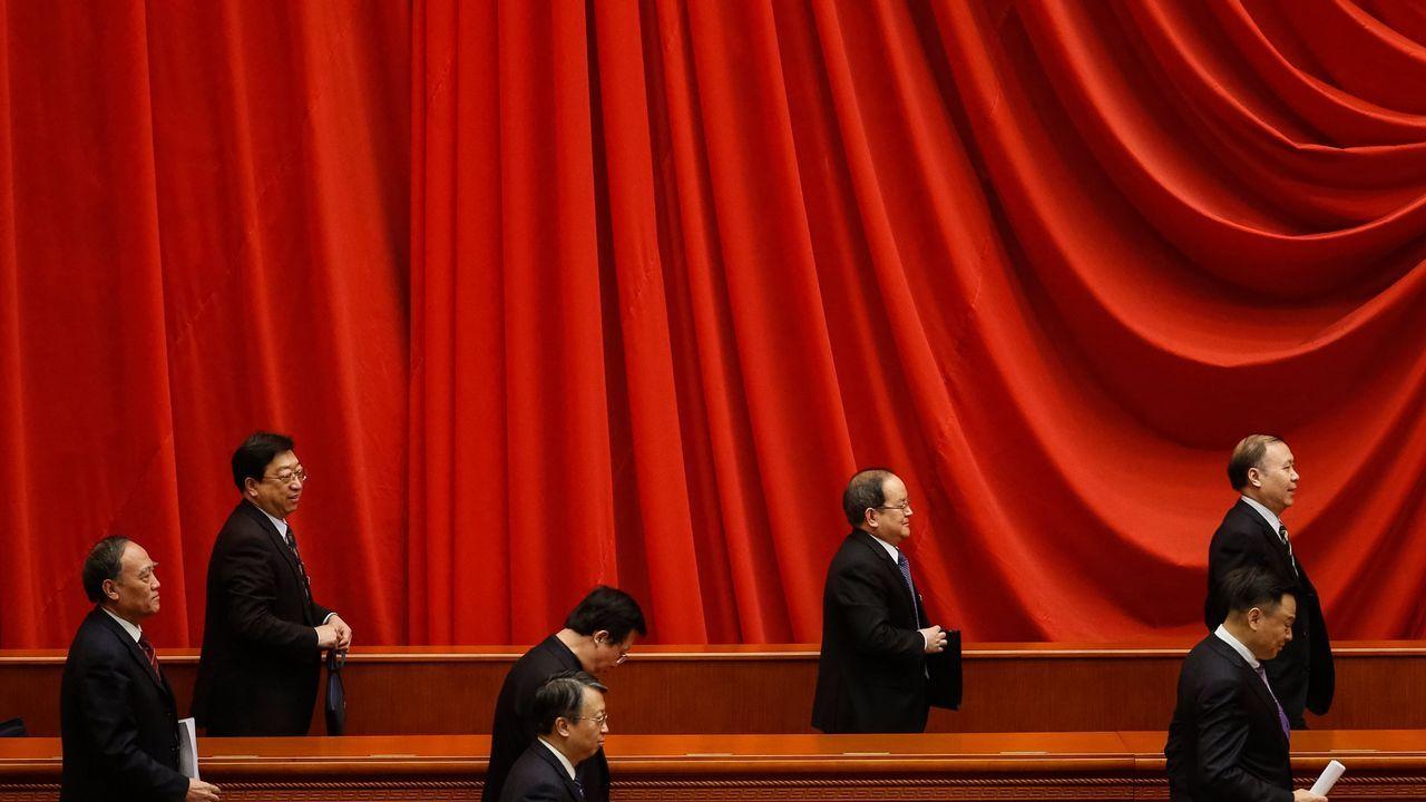 Delegados se dirigen a la salida tras la cuarta sesión plenaria de la decimotercera Asamblea Nacional Popular que se celebra en Pekín