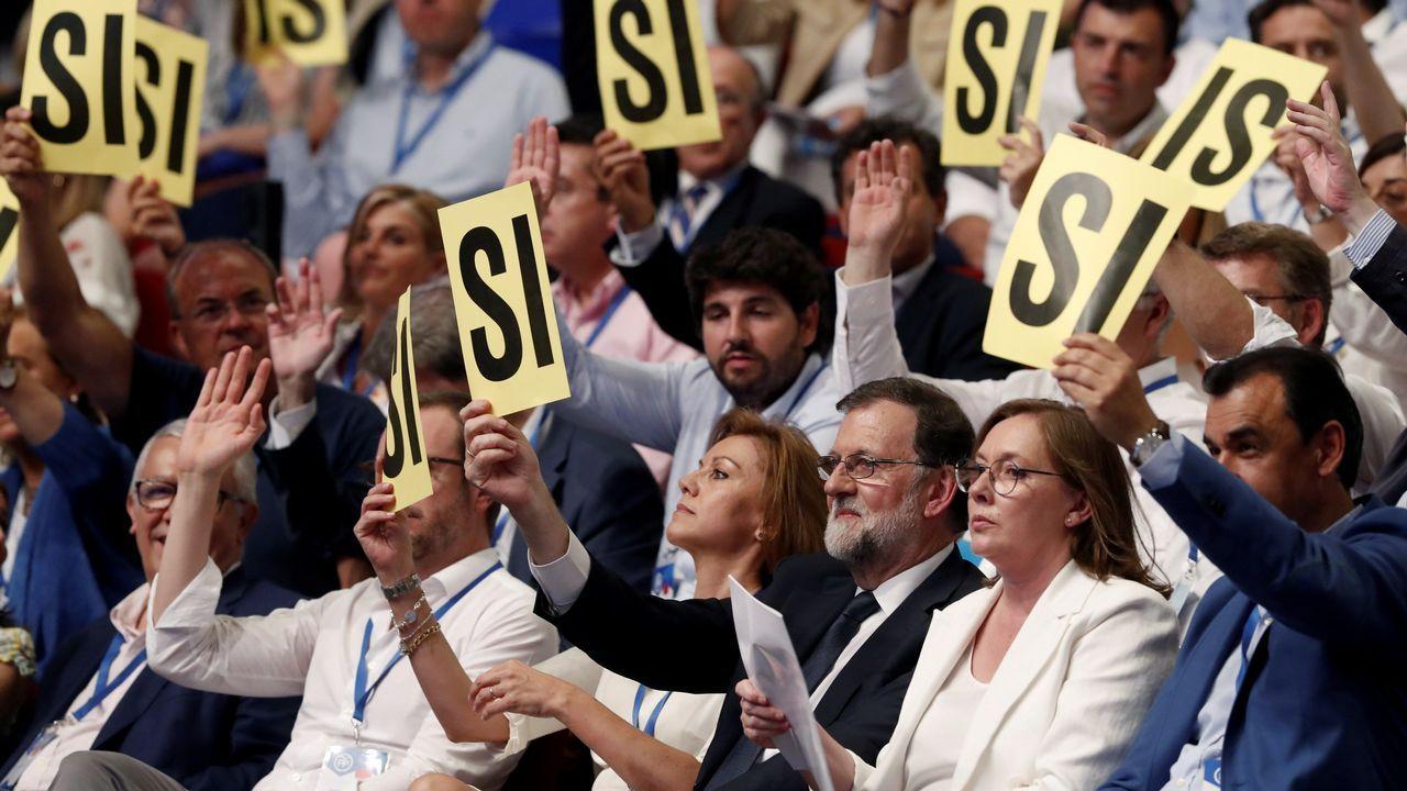 La mujer de Rajoy, Elvira Fernández, más conocida como Viri, se emociona durante el discurso de Ana Pastor