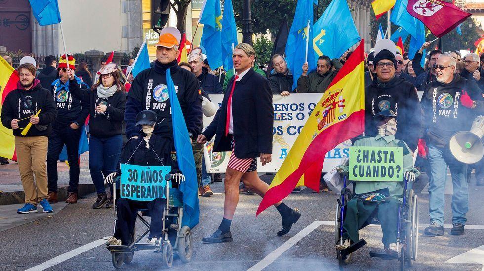 Manifestación convocada por la asociación Jusapol por la equiparación salarial de los policías.El pleno de la Junta General