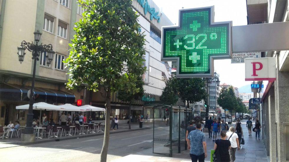 Un termómetro señala los 32 grados en la calle Uría de Oviedo
