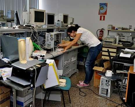 Estancia habilitada en la Oficina de Medio Ambiente para reparar el material.