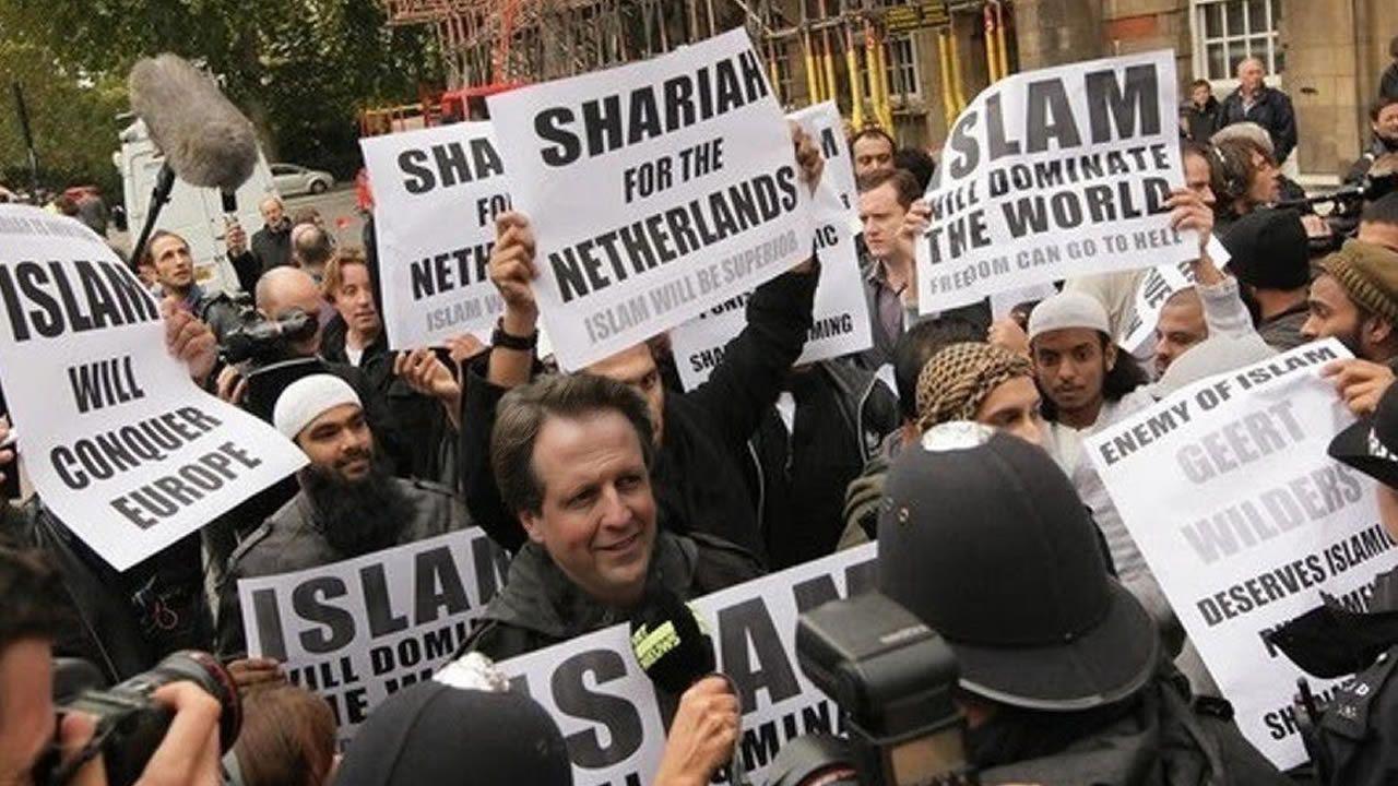 Un montaje publicado por el holandés Geert Wilders, en el que aparecía un político del partido Demócratas 66 rodeado de pancartas que amenazaban con que el Islam tomaría Europa