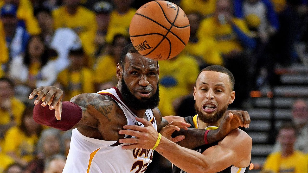 .Curry pelea con LeBron James por una bola suelta