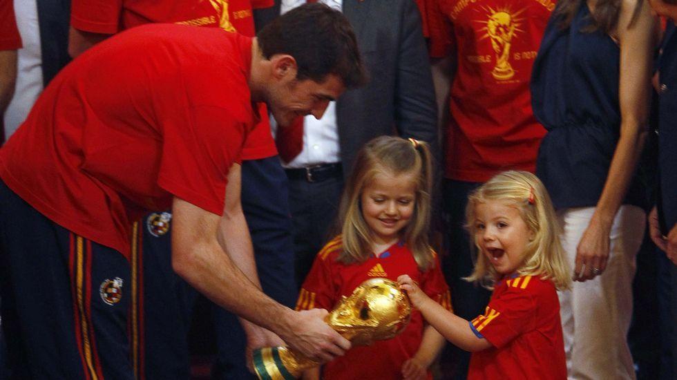 .En una divertida imagen con Casillas cuando la selección española de fútbol fue recibida en julio del 2010 tras ganar el Mundial.